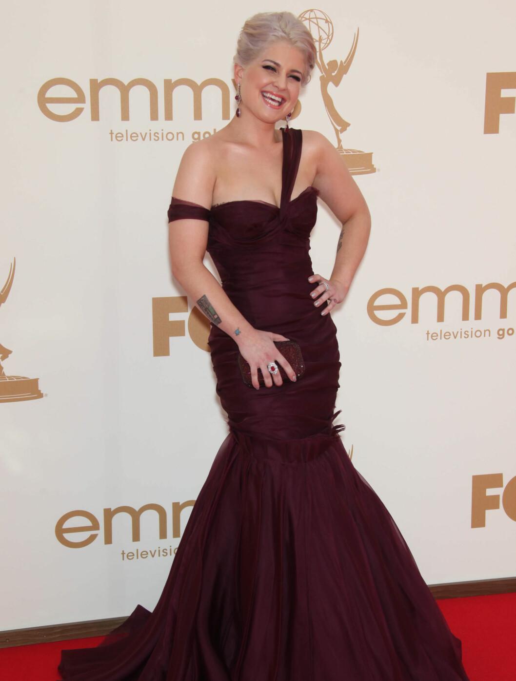 <strong>LATTERMILD:</strong> Kelly Osbourne i en J. Mandel-kjole. Smykker fra Katerina Maxine, ring fra Palladium og Aldo-sko. Veske fra Judith Leiber. Foto: Stella Pictures