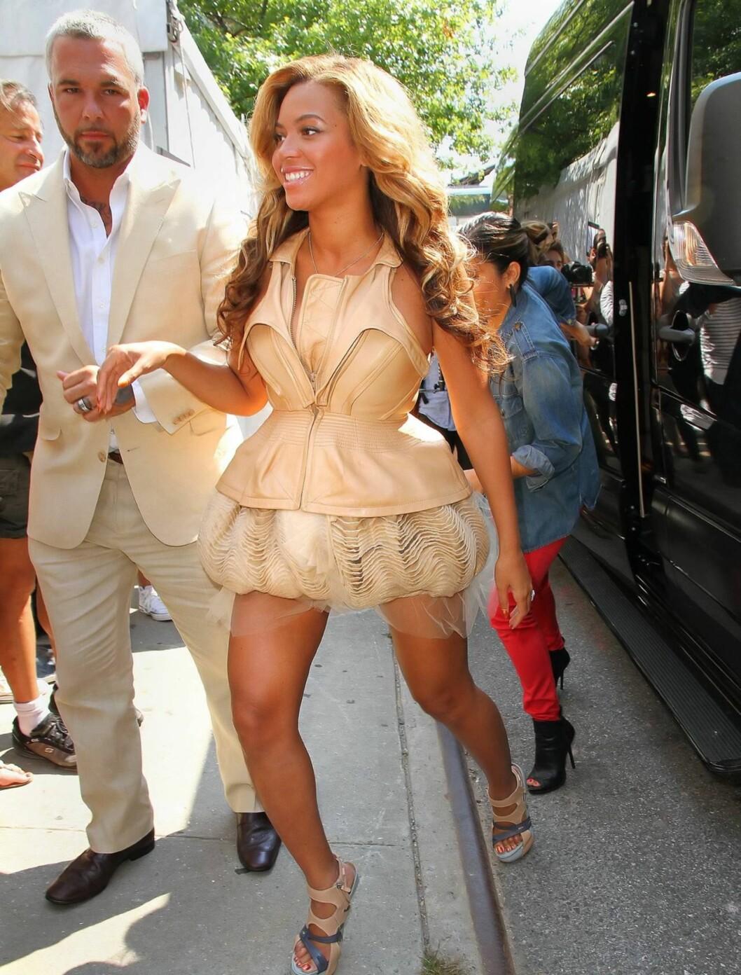 <strong>FASHIONISTA:</strong> Gravid eller ei, Beyoncé er og blir en dame med stil! Her på vei til et show under New York fashion week rett etter at graviditeten ble kjent. Foto: All Over Press