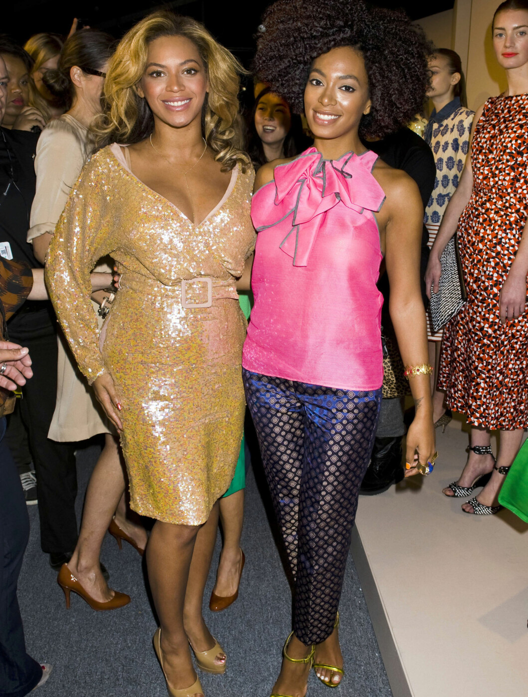 <strong>SØSTRENE SISTERS:</strong> En tydelig gravid Beyoncé sammen med søsteren Solange under New York fashion week. Foto: All Over Press