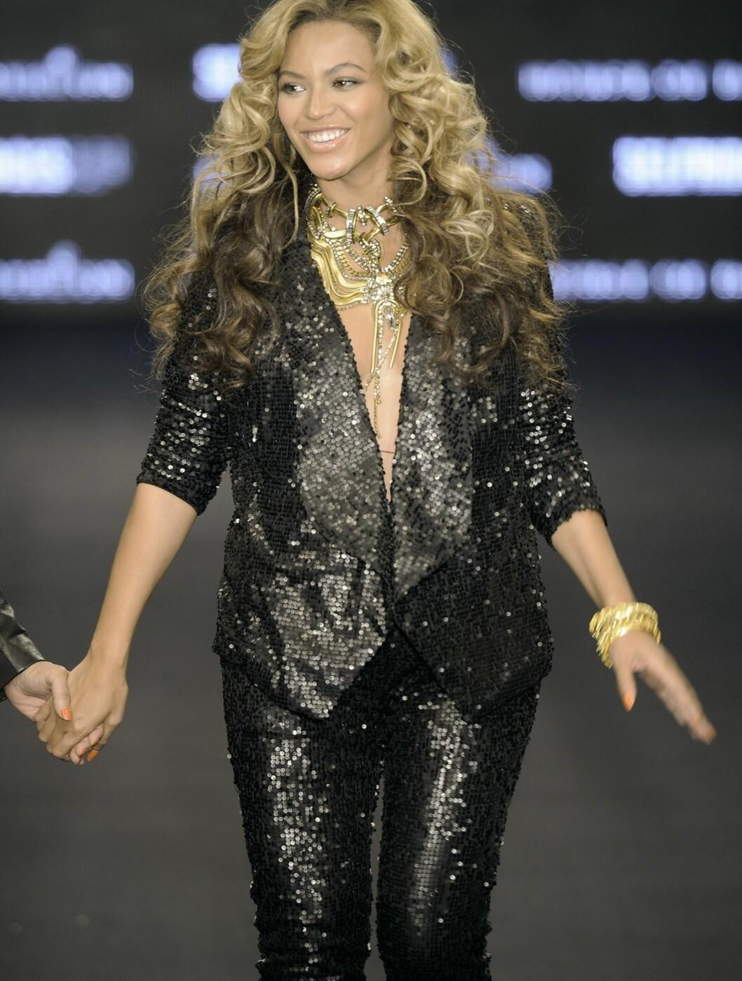 <strong>EGENDESIGN:</strong> Beyoncé og moren Tina var nylig i London for å promotere klemerket deres House of Deveron. Her er den vakre artisten gravid og iført egendesign. Foto: All Over Press
