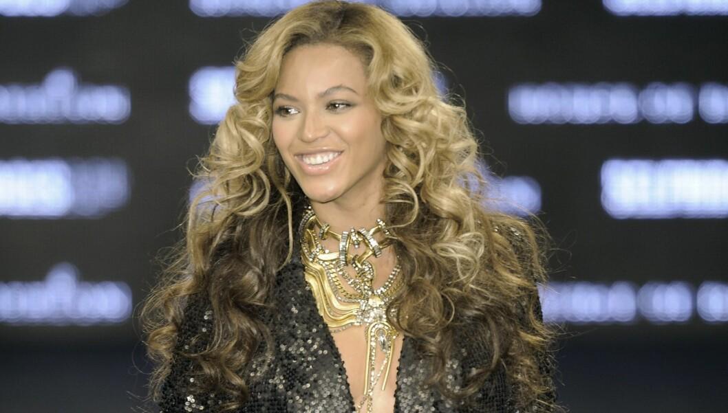 GRAVIDGLØD: Artist, skuespiller og klesdesigner Beyoncé Knowles venter sitt første barn med ektemannen Jay-Z. I helgen viste den gravide stjernen frem House of Dereon-kolleksjonen, og gravidgløden sin, på catwalken under London Fashion Week.  Foto: All Over Press
