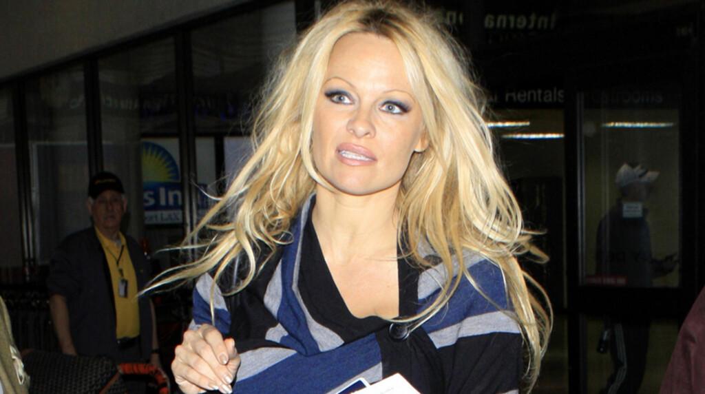 FORFØLGES: Pamela Anderson har flere ganger blitt utsatt for besatte fans. Her er blondinen avbildet ved ankomst på flyplassen i Los Angeles fra London, etter en annen skummel «stalker»-opplevelse: En fan prøvde å ta seg inn på samme tog som henne, Foto: Stella  Pictures