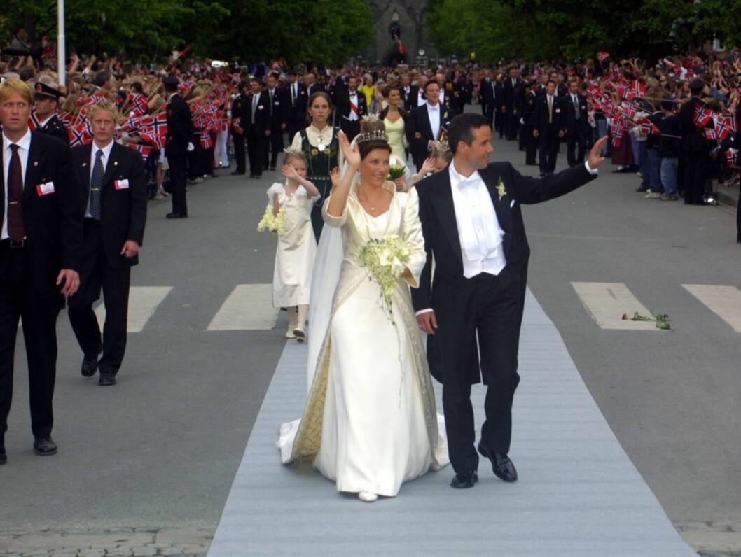 <strong>EVENTYRBRYLLUP:</strong> Prinsessen og hennes nye ektemann sørget for folkefest i Trondheim, da de giftet seg i Nidarosdomen 24. mai 2002. Foto: Anders Stavseng