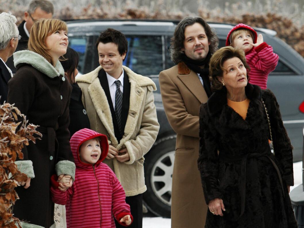 <strong> FAMILIEKJÆR:</strong> Prinsessen er svært familiekjær, og bruker mye tid med sine barn i familiens hjem i Lommedalen. Her er hun på vei til julegudstjeneste med sine nærmeste.          Foto: Scanpix