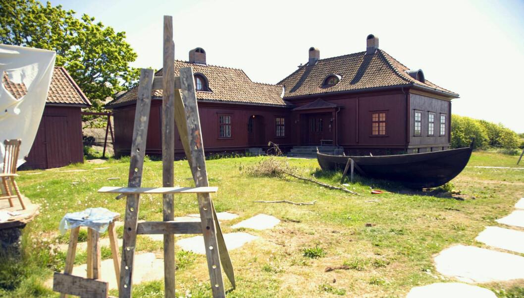 SKAL SELGES: Den flotte norske eiendommen til Odd Nerdrum, Røvika gård i Brunlanes utenfor Stavern, skal nå legges ut for salg. Prisantydningen er på 22 millioner kroner. Foto: Oddvar Walle Jensen, Se og Hør