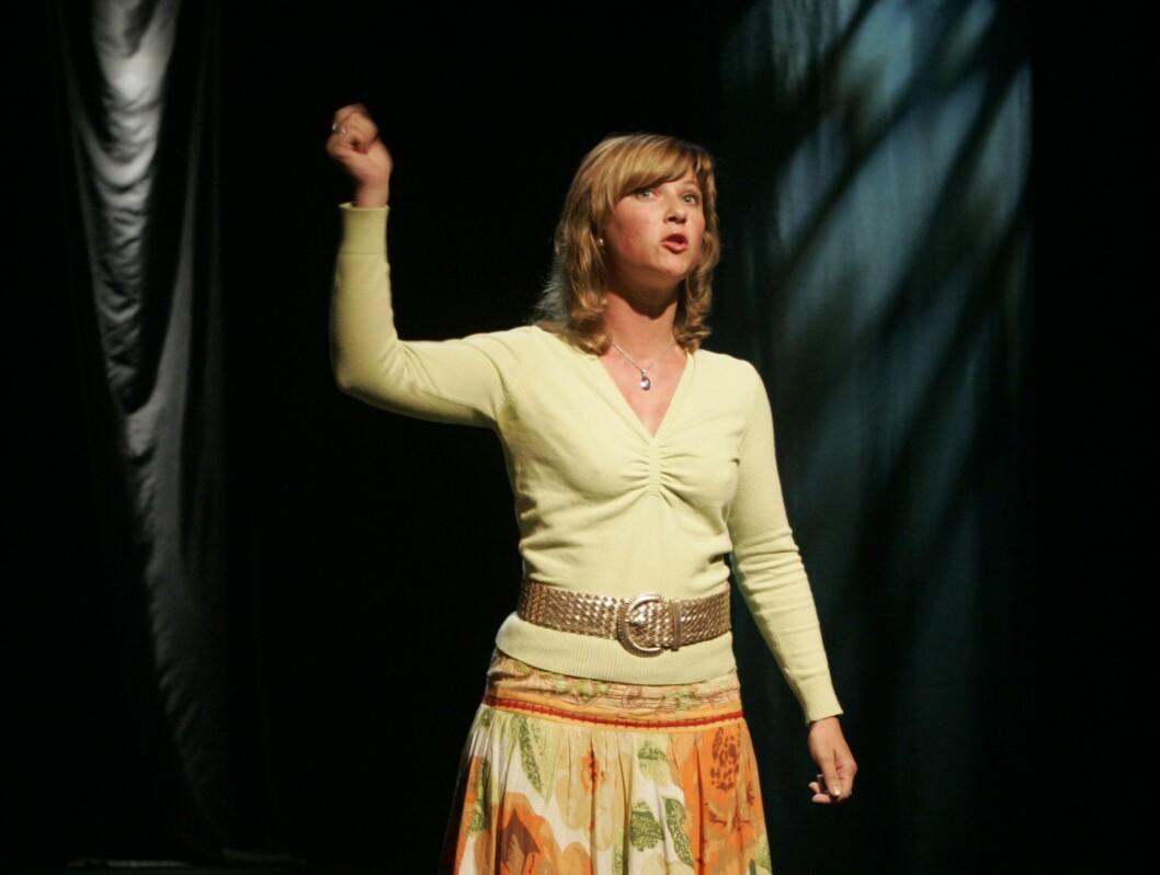 <strong>EVENTYRPRINSESSE:</strong> I 2004 kom Märtha ut med eventyrboken «Hvorfor de kongelige ikke har krone på hodet», og engasjerte seg sterkt i formidling av eventyr de neste årene. Den eventyrglade prinsessen forteller her eventyr fra scenen på Det åpne teater Foto: Scanpix