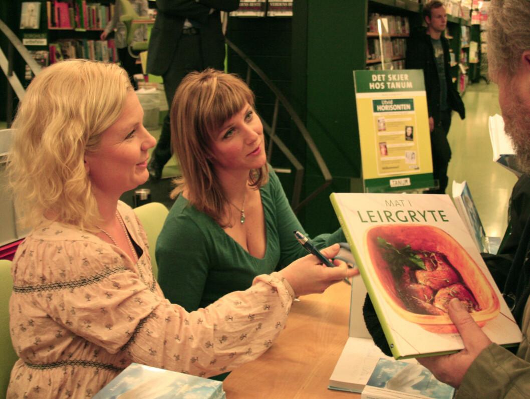 <strong>ENGLER:</strong> I august 2007 startet prinsesse Märtha Louise og Elisabeth Samnøy kurstilbudet og senteret «Astarte Education», eller «engleskolen» som den ble kalt på folkemunne. Senere ga de to ut bok om engletemaet. Her signerer de engleboken på Tanum  Foto: Anders Myhren/ Seher.no