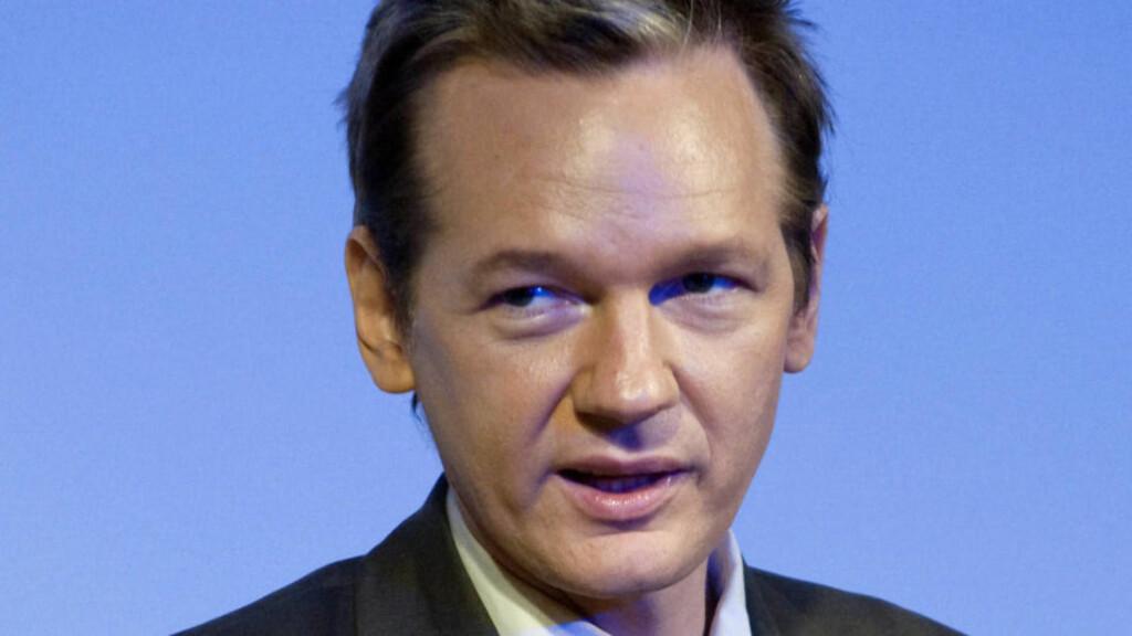 - VIL MELDE SEG: Wikileaks-gründer Julian Assange (39) vil melde seg for svensk politi. Assange er siktet for voldtekt og mishandling. Foto: Bertil Ericson/Scanpix