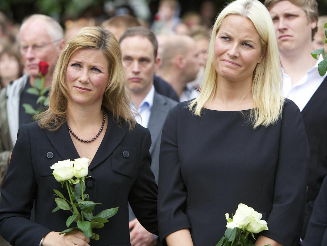 <strong>I SORG:</strong> Prinsesse Märtha viste sin støtte til ofrene og de pårørende etter terrorangrepene 22. juli. Her under rosetoget på Rådhusplassen. Foto: Stella Pictures