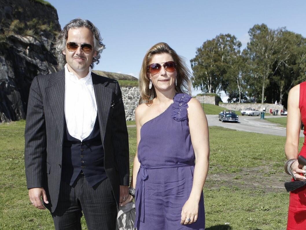 <strong>FORSATT LYKKELIGE:</strong> Ekteparet Märtha og Ari er fortsatt lykkelige sammen, nesten ti år etter at de giftet seg. Her er de to på plass i Halden som gjester i bryllupet til sin gode venn Harald Rønneberg. Foto: STELLA PICTURES