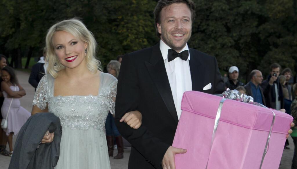 STØRSTE GAVEN: Skuespiller Kåre Conradi og pop-kjæresten Lene Marlin  utmerket seg ved å ha med kveldens største gave til festen. Etterpå sang Lene en egenkomponert sang til bursdagsbarnet. Foto: Stella Pictures