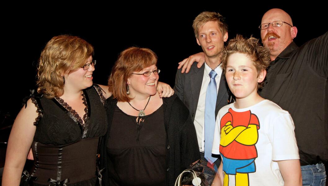 SEIEREN: Her er Tommy Rodahl avbildet med datteren Monica, kona Heidi, sønnen Jostein og Gaute Grøtta Grav etter seieren i «Farmen» i vår. Foto: Alex Iversen/TV 2