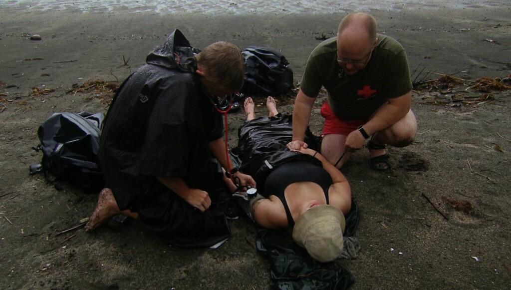 LEGEHJELP: Et legeteam ankom øya og tok hånd om Madsen. Foto: TV3