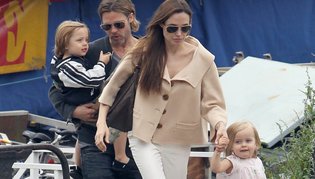 BEKYMRET: Brad Pitt skal være svært bekymret for Angelinas vekttap og prøver å oppmuntre henne til å spise. Her er paret sammen med tvillingene Knox og Vivienne.  Foto: All Over Press