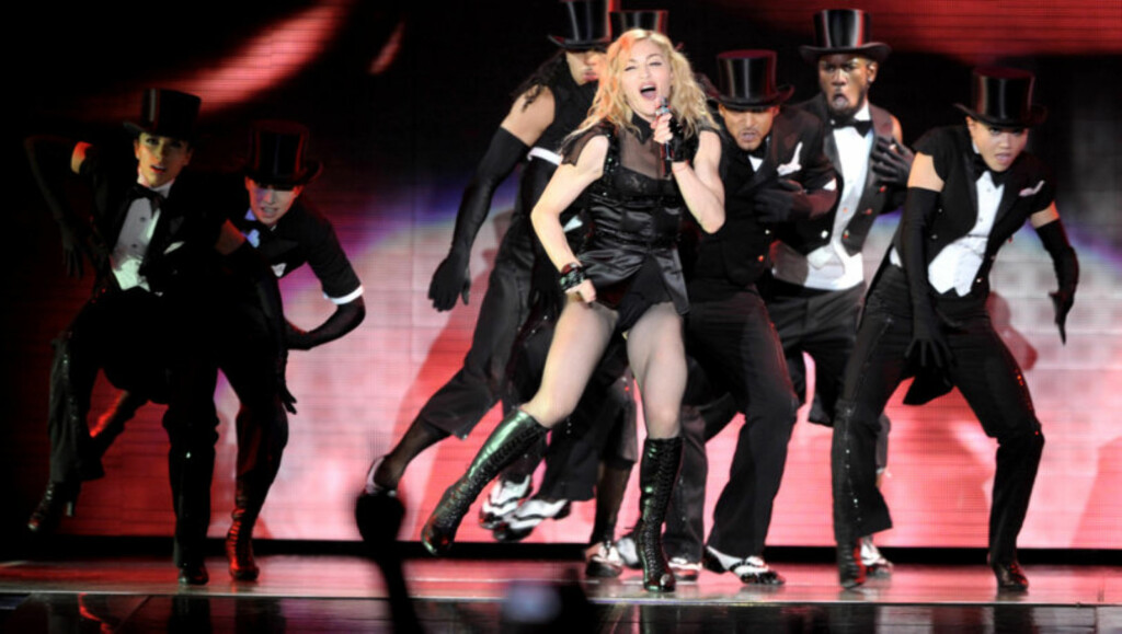 DANSEGLAD: Madonna er glad i en svingom både på scenen og hjemme. Men dansingen på stuegulvet ble for mye for en av naboene, som nå har saksøkt henne. Foto: Stella Pictures