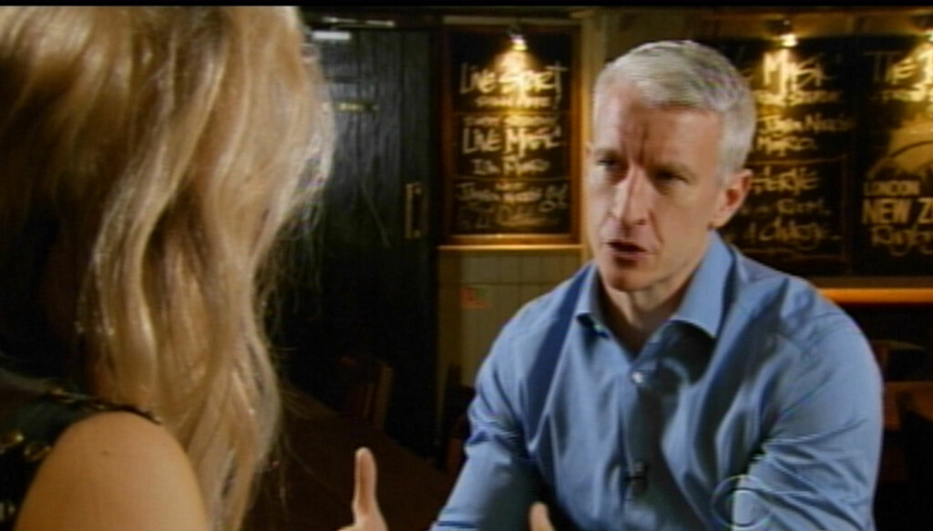 SLITER MED TANKENE PÅ BRORENS SELVMORD: CNN-stjernen Anderson Cooper har intervjuet flere av verdens mest kjente personer, som her hvor han prater med lady Gaga. Men da han selv ble intervjuet tirsdag, tok Anderson Cooper til tårene da han begynte å sn Foto: All Over Press