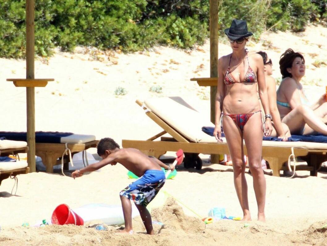 PASSET PÅ: Mamma Heidi tok seg tid til barna på stranda. Foto: All Over Press