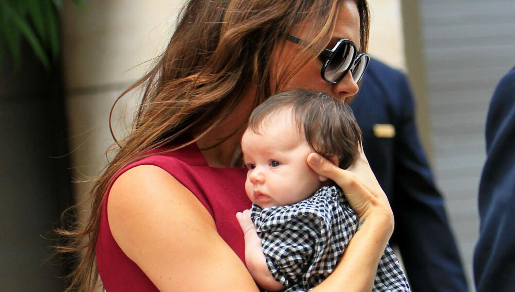<strong>MED PÅ MOTEN:</strong> Lille Harper Seven var med mamma Victoria Beckham under moteuken i New York.  Foto: All Over Press