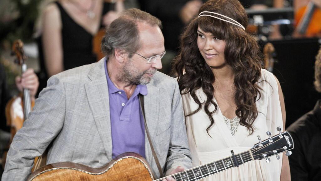 VAKKERT: Maria har fått mye skryt for sin opptreden med Ole Paus sin sang «Mitt Lille Land». Her fra minnekonserten i Oslo Domkirke. Foto: Stella Pictures