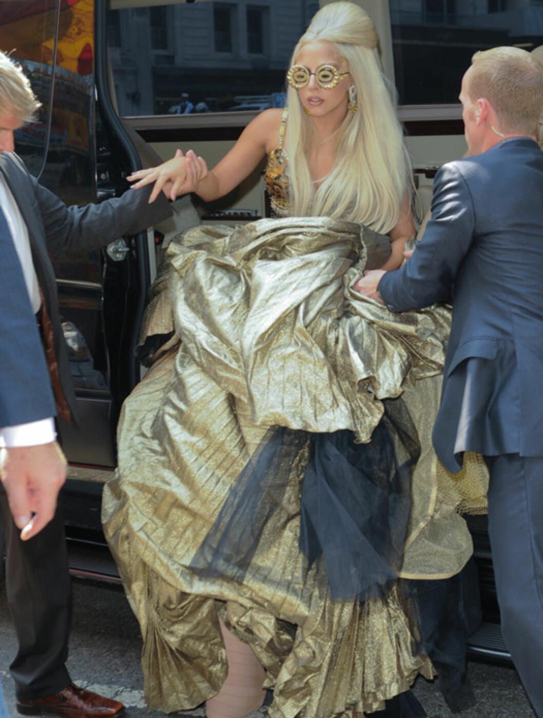 <strong>HJELPES:</strong> Lady Gaga, nesten ute av stand til å både se og gå, måtte hjelpes ut av bilen da hun ankom Annie Leibovitz' photo-shoot i Central Park mandag. Foto: All Over Press