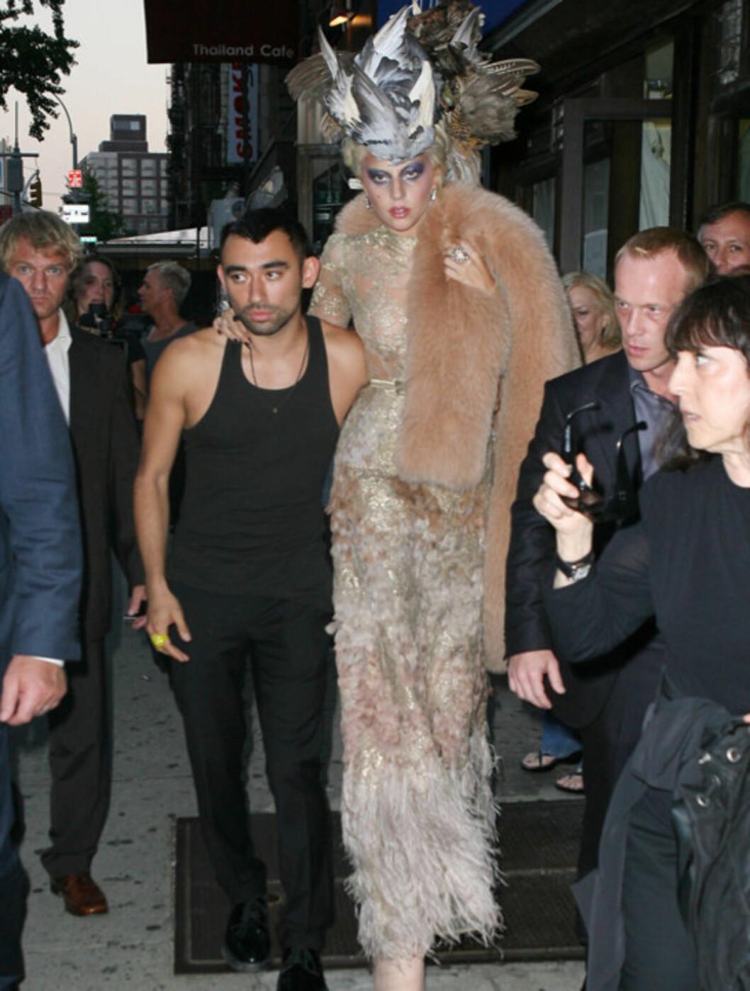 <strong>GOD STØTTE:</strong> Lady Gaga sørget for å ha minst to livvakter i nærheten når hun måtte våge seg rundt på sine skyskraperhæler i New York mandag.  Foto: All Over Press