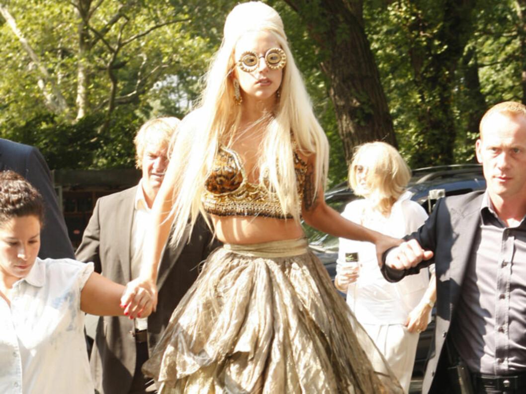 <strong>MENNESKE-KRYKKER:</strong> Popikonet Lady Gaga lot seg støtte av to assistenter på vei til  photo-shooten i New York mandag. Foto: All Over Press