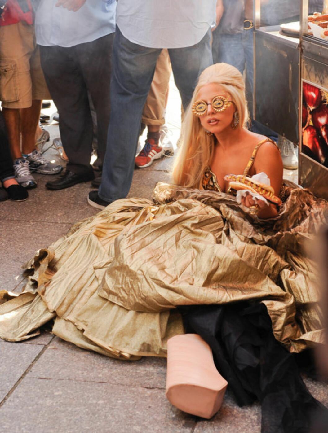 <strong>PØLSEPAUSE:</strong> Heldigvis for Lady Gaga fikk hun også sitte litt på rumpa under Annie Leibovitz-fotograferingen.   Foto: All Over Press