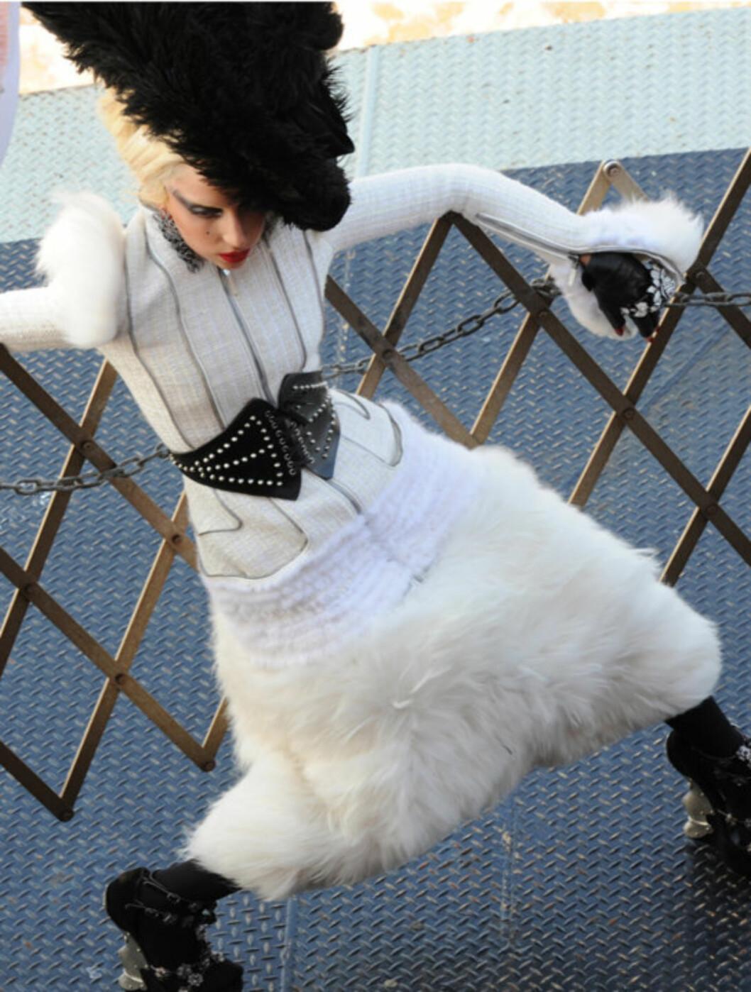 <strong>SATTE SJØBEIN:</strong> Lady Gaga i avslappet positur under foto-shooten, her på en båt. Godt å ha et gjerde å støtte seg til når livvaktene er annetsteds. Foto: Stella Pictures