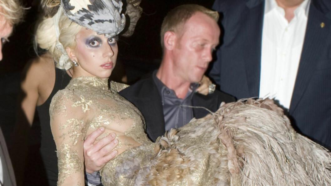 <strong>SLITEN:</strong> Lady Gagas utstuderte antrekk og ekstremt upraktiske sko, gjorde at hun måtte støttes og bæres til og fra location da hun deltok i en foto-shoot med Annie Leibovitz mandag. Her ankommer hun The Meatpacking District i New York for dagens siste f Foto: All Over Press