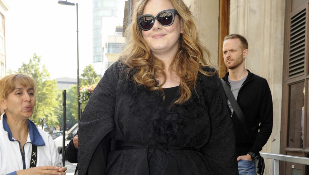 FORNØYD MED FORMENE: Adele vil ikke endre noe på egen kropp. Foto: stella pictures