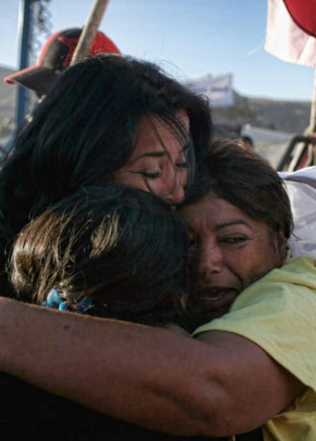 <strong>HÅP:</strong> Håpet om at det skal gå bra med de 33 gruvearbeiderne er nå høyst levende etter livstegnene. Foto: AFP