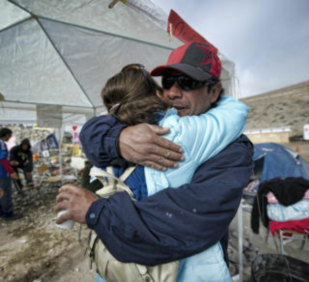 <strong>LETTELSE:</strong> De pårørende jubler over livstegn fra sine kjære. Foto: AFP