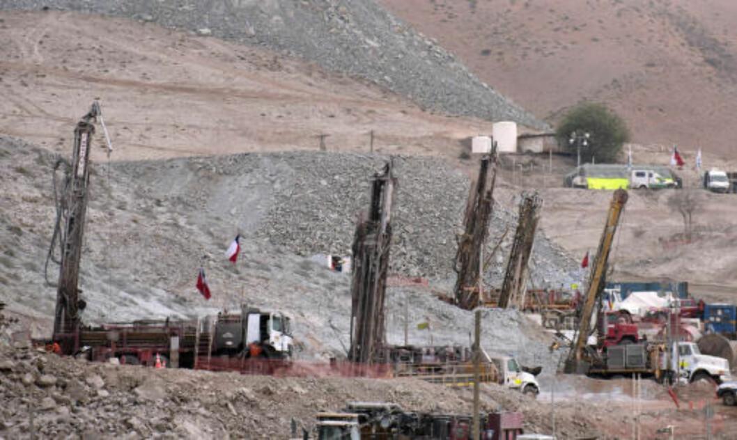<strong>DRILLER:</strong> Her pågår redningsarbeidet. Det sendes nå ned forsyninger til de fangede gruvearbeiderne. Foto: AFP