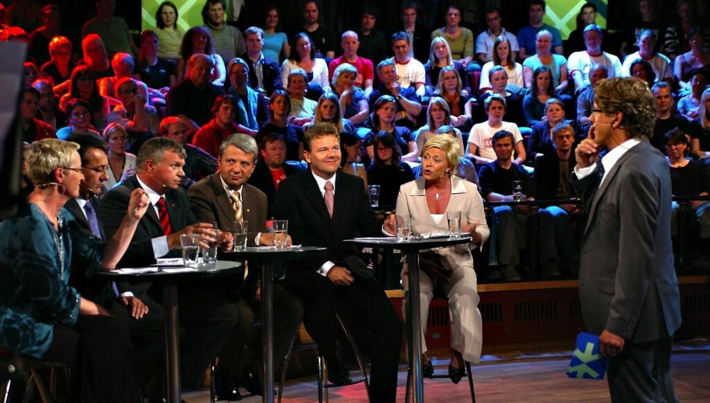 - BLIR SAVNET: Nina Owing tror også politikerne vil savne den tidligere programlederen Knut Olsen under mandagens valgsending. Her er han i aksjon under et NRK-sendt folkemøte i 2005. Foto: Scanpix