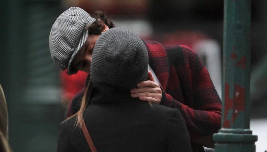 SMASK: Penn og Zoë måtte stoppe opp og ta seg tid til litt klinings på åpen gate i SoHo, New York. Foto: All Over Press