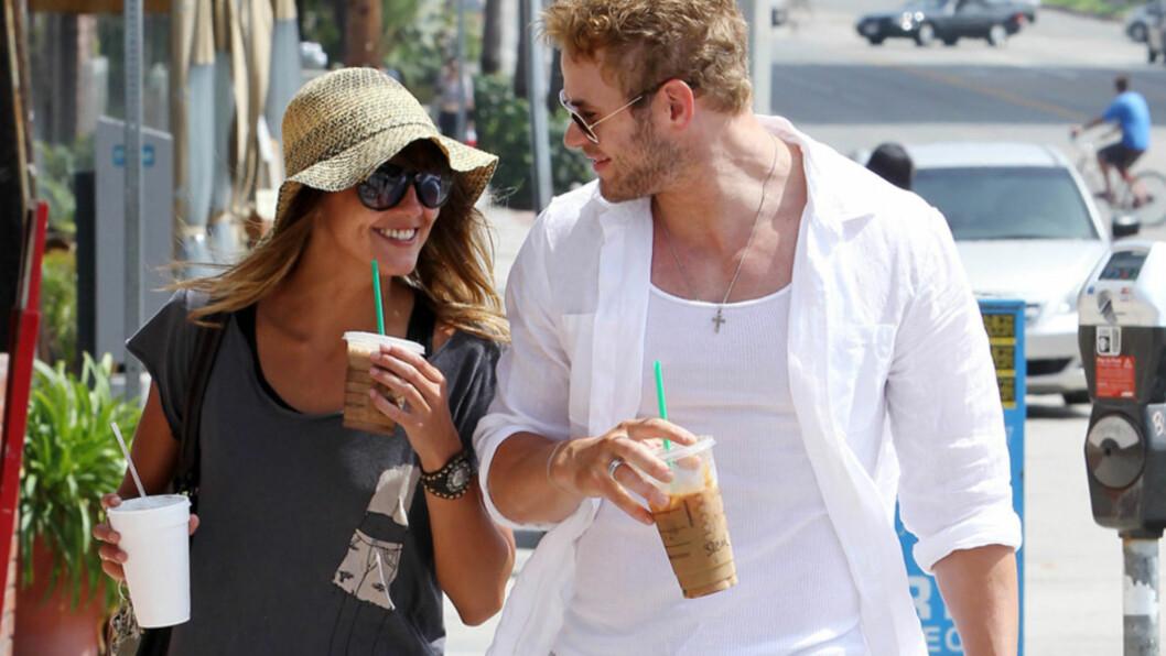 HYGGELIG: Skuespillerne Kellan Lutz og Sharni Vinson nøt hver sin Starbucks-kaffe og hverandre i Los Angeles torsdag. Ifølge en kilde skal de to angivelig ha vært sammen et par måneder allerede.  Foto: All Over Press