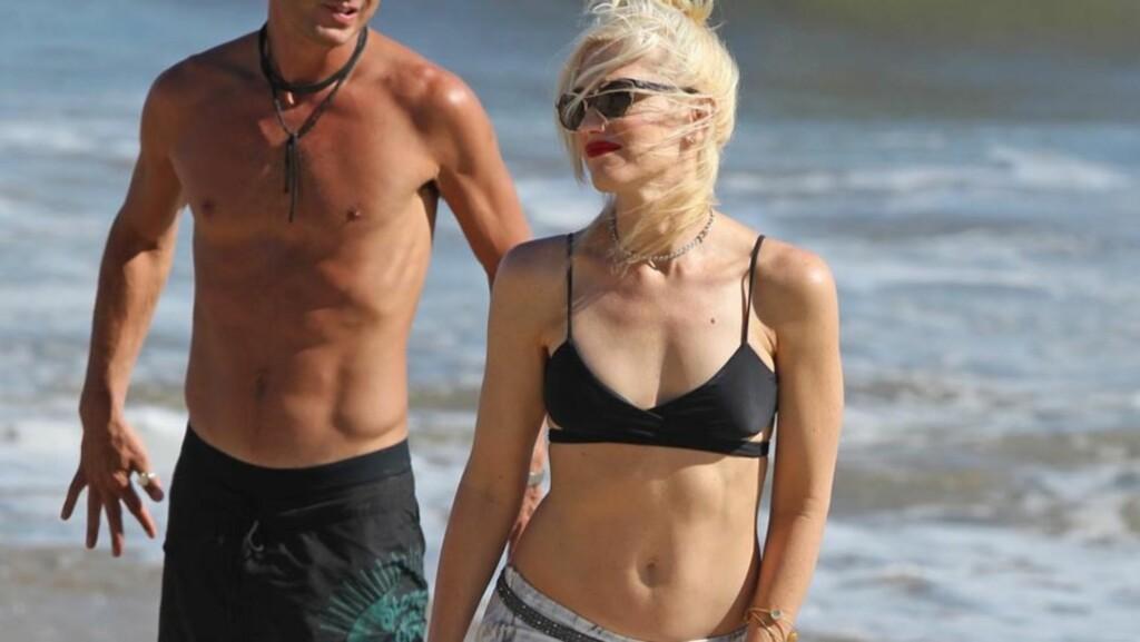 FLOTT FIGUR: Gwen Stefani trener beinhardt for å beholde sin veltrente kropp - i helgen viste hun den like gjerne frem på stranden i Malibu. Ektemannen Gavin Rossdale (bak) var et like flott syn. Foto: Stella Pictures
