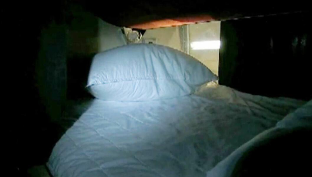 FÅR HUN SOVE? - Jeg kommer ikke til å få sove ett sekund i den senga der, men det er kanskje ikke poenget heller, sier Kristin Halvorsen om sin lille seng på bussen. Foto: SV