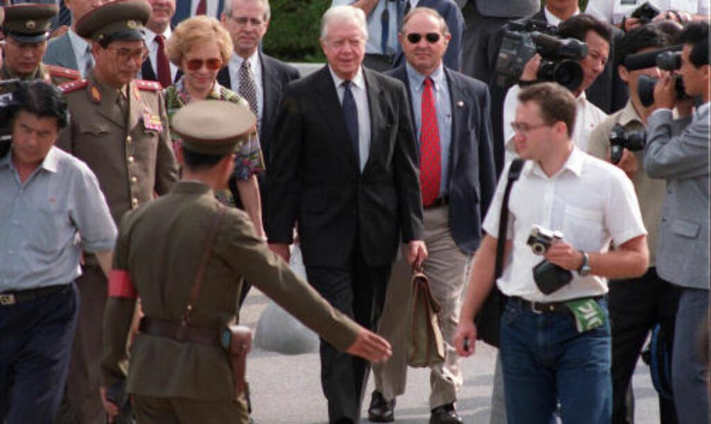 VAR PÅ KONTROVERSIELT BESØK I NORD-KOREA I 1994;:  For 16 år siden var tidligere president Jimmy Carter og kona Rosalynn også på besøk i Nord-Korea, og  møtte landets daværende leder, Kim Il-sung. Foot: SCANPIX/AFP PHOTO / FILES