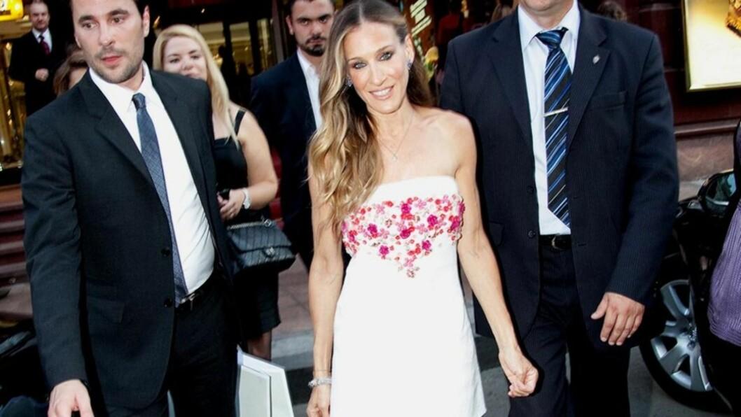 <strong>VAKKER OG VELTRENT:</strong> Sarah Jessica Parker var iført en flott kjole da hun besøkte en Manolo Blahnik-forretning i Moskva i helgen. Den britiske avisen Daily Mail mener imidlertid at stjernen er blitt for tynn og senete.  Foto: All Over Press