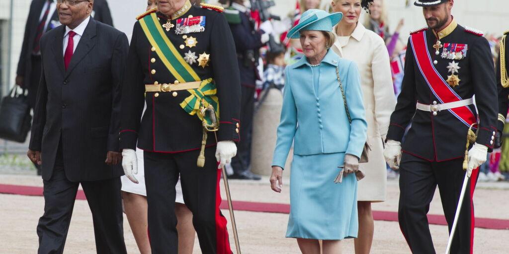 image: Møtte kongefamilien med en av sine tre koner