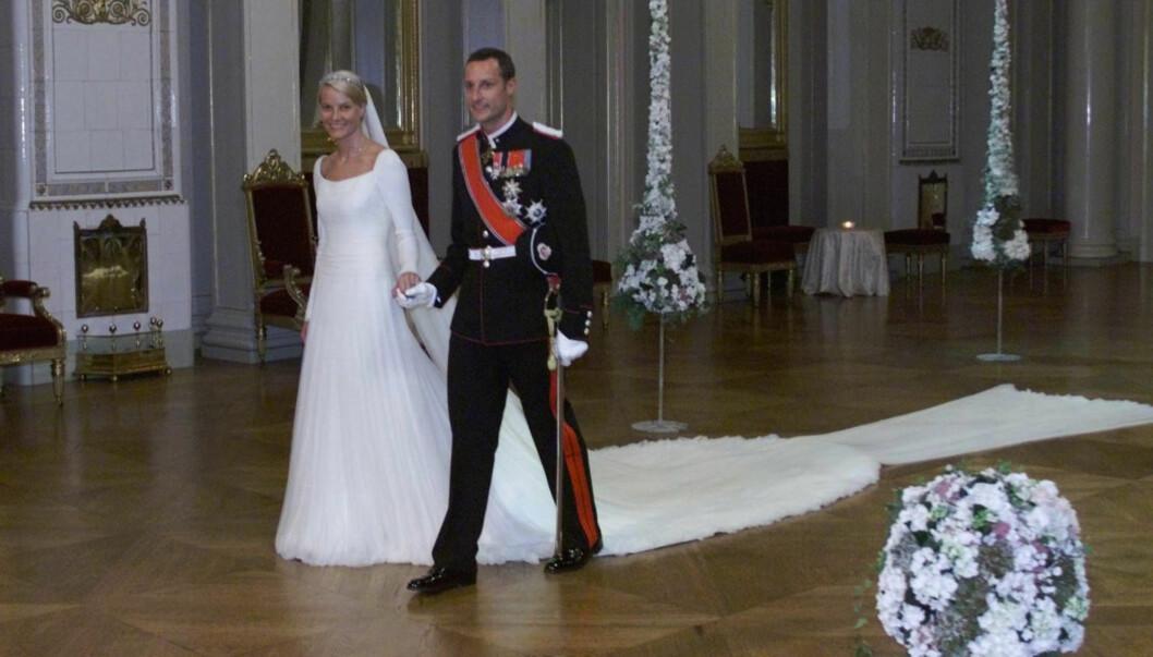<strong>FLOTT BRUD:</strong> Brudekjolen var laget i tyll og hadde et langt enkelt slep. Foto: SCANPIX