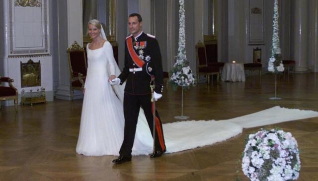 400717ce FLOTT BRUD: Brudekjolen var laget i tyll og hadde et langt enkelt slep. Foto