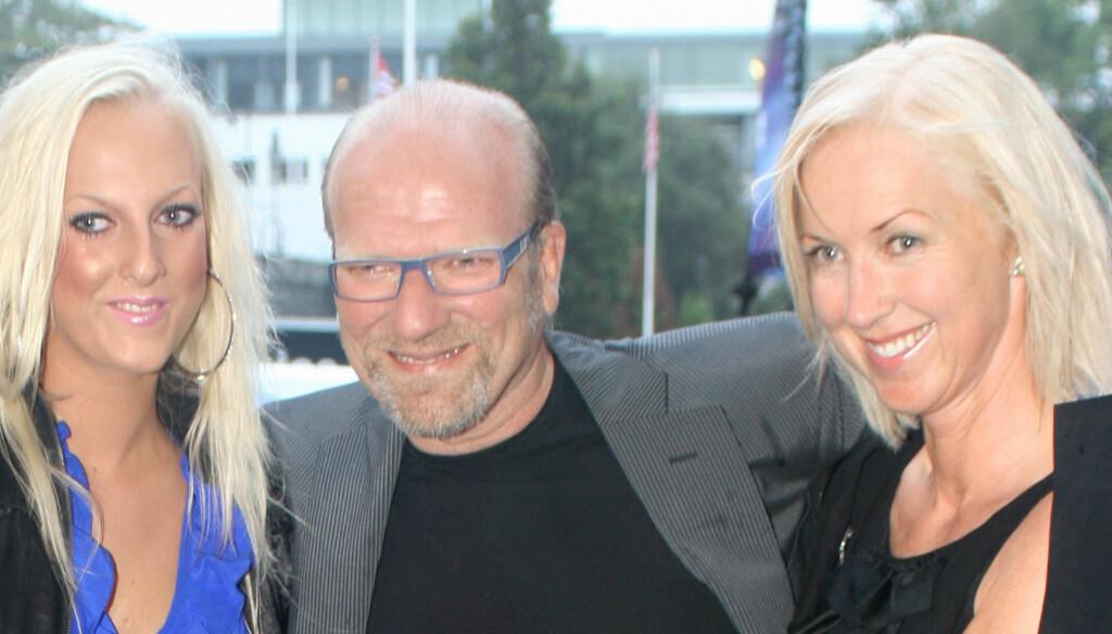 FORLOVET: Ingar Helge Gimle og Marte Dalseg (t.h.) er svært lykkelige, og til neste år en gang står trolig bryllupet mellom de to. Her fra «Amanda 2010», med datteren Kaja Gimle (22) ved sin venstre side. Foto: FAME FLYNET