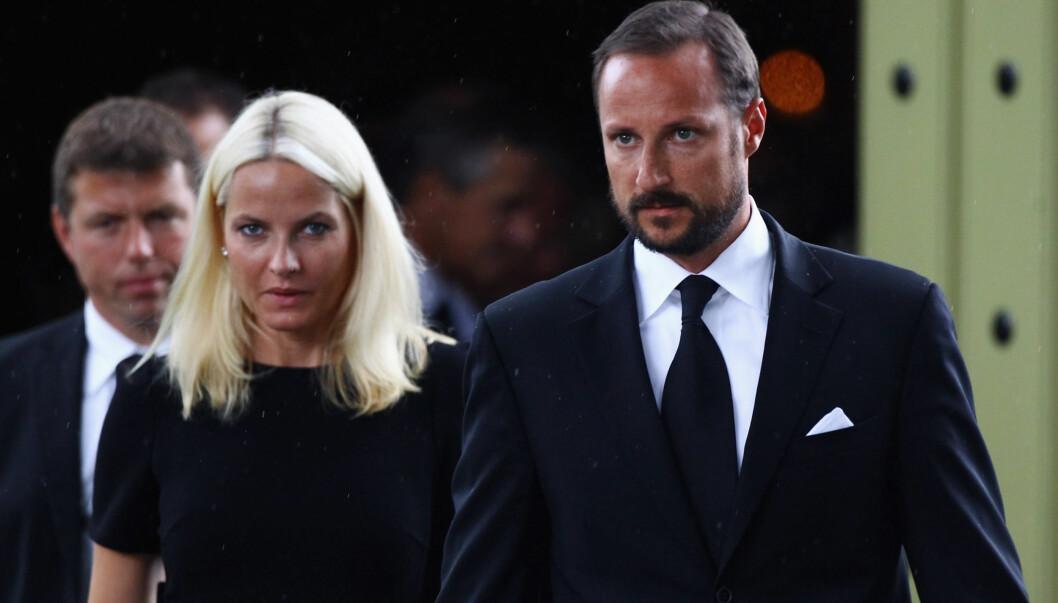 FINT Å DELTA: Mette-Marit og Haakon synes det var fint å kunne være med på minnearrangementene. Her er kronprinsparet under en minnegudtjeneste i Norderhov kirke 24. juli.  Foto: All Over Press