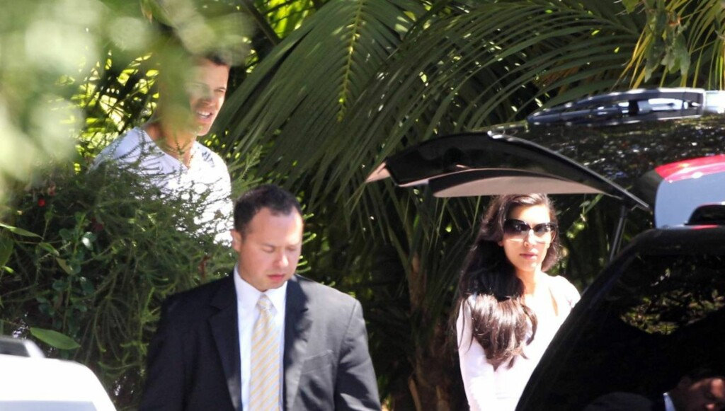 DAGEN DERPÅ: Det var et slitent men lykkelig ektepar som forlot sitt hotell dagen etter bryllupet søndag. Foto: All Over Press