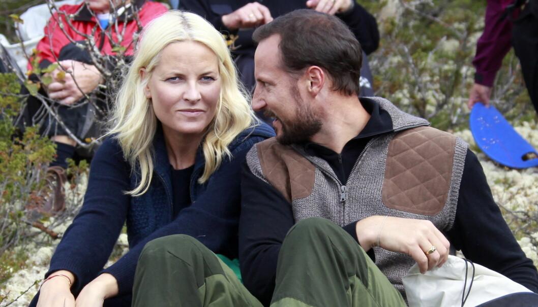 ROSER HVERANDRE: Kronprins Haakon og kronprinsesse Mette-Marit beskriver sitt forhold som «meget solid» dagen før sin ti-års bryllupsdag. Foto: Scanpix