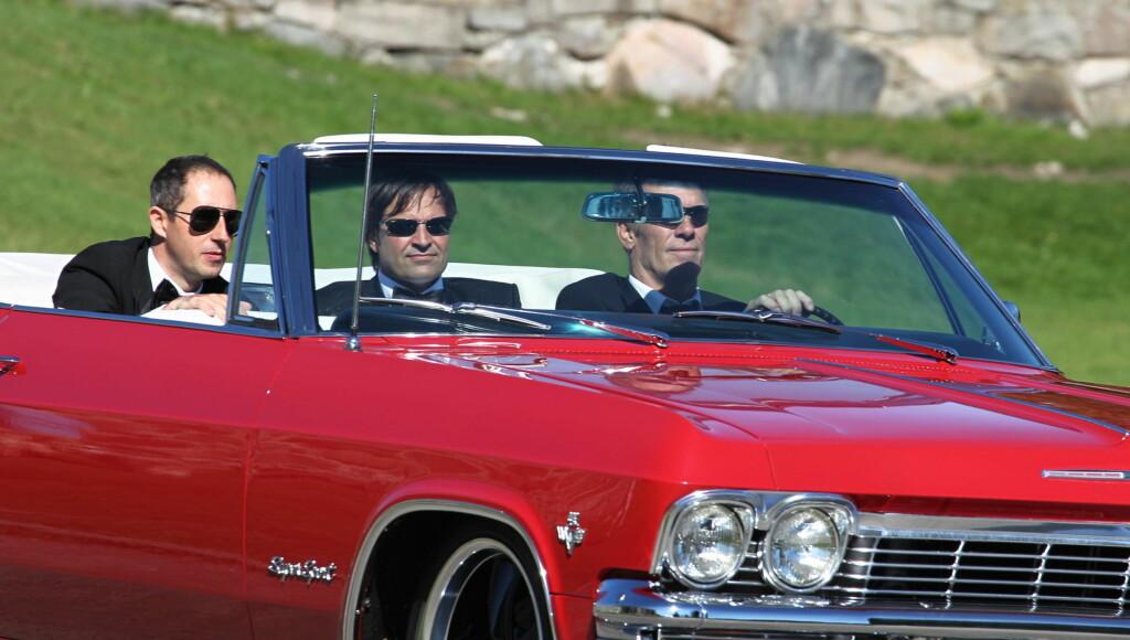 STILIG ANKOMST: Harald Ronneberg kom til sitt eget bryllup i solbriller og en rød Chevrolet Impala. Foto: STELLA PICTURES