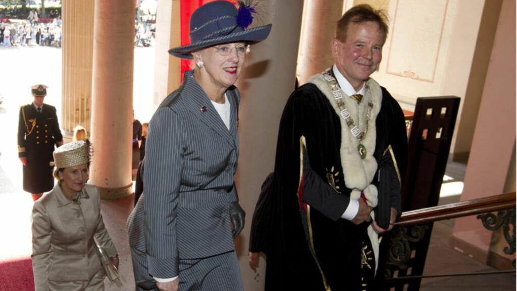 DRONNING-MØTE: Dronning Margrethe besøker Oslo fredag i forbindelse med Universitetet i Oslos 200-årsjubileum. Her ankommer hun universitetet sammen med rektor Ole Petter Ottersen. Bak følger dronning Sonja.  Foto: Scanpix