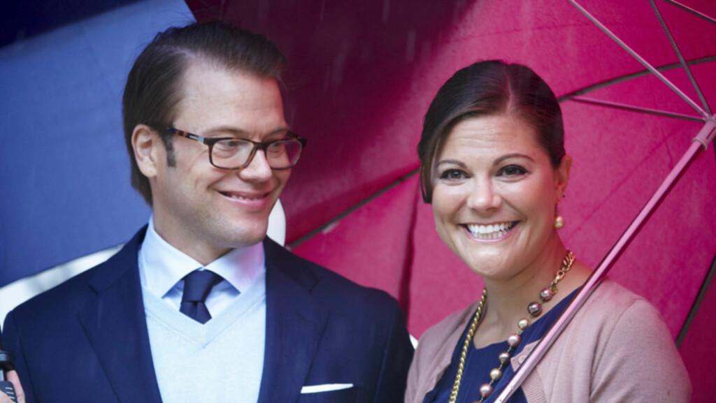 LYKKELIGE: Prins Daniel og kronprinsesse Victoria av Sverige venter sitt første barn i mars neste år. Kronprinsesseparet er svært glade, men påpeker at graviditeten fortsatt er på et svært tidlig stadium. Her er de to under feiringen av kronprinsess Foto: Stella  Pictures
